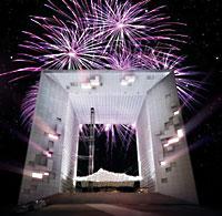 Feuerwerk und Laser-Show mit Musik am Grossen Triumphbogen Paris