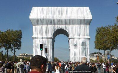 Der Triumphbogen ist von Christo verhüllt